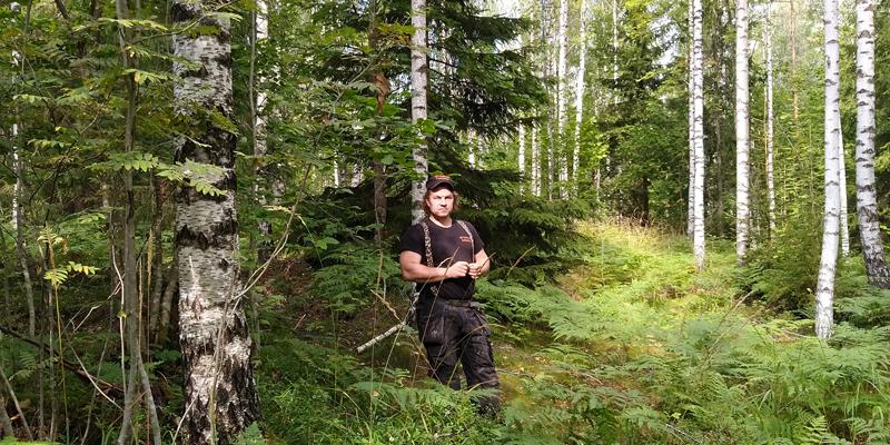 Tuomas Korpijaakko fotograferad i sin blandskog.