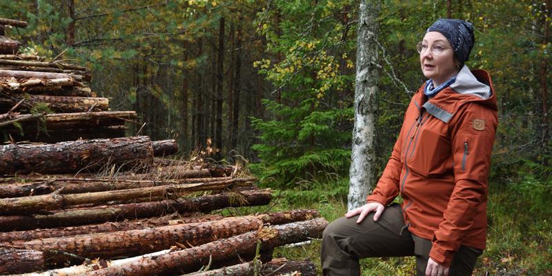 Marika Hänninen bredvid en energivedstrave.