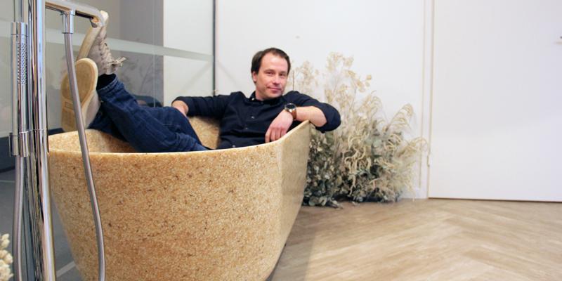 Woodios verkställande direktör Petro Lahtinen sitter i ett badkar gjort av trä.