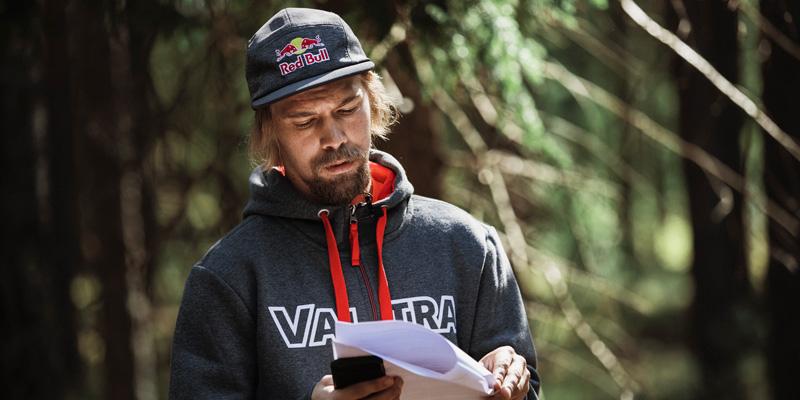 Roope Tonteri läser i manuskriptet.