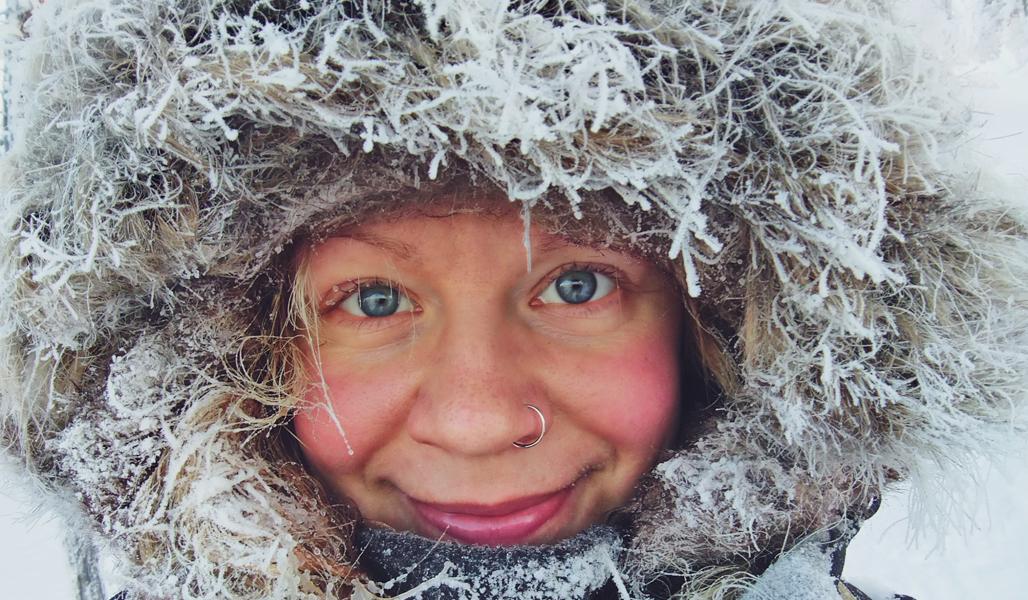 Närbild på vildmarksguiden Saana Lappalainens ansikte utomhus på vintern.