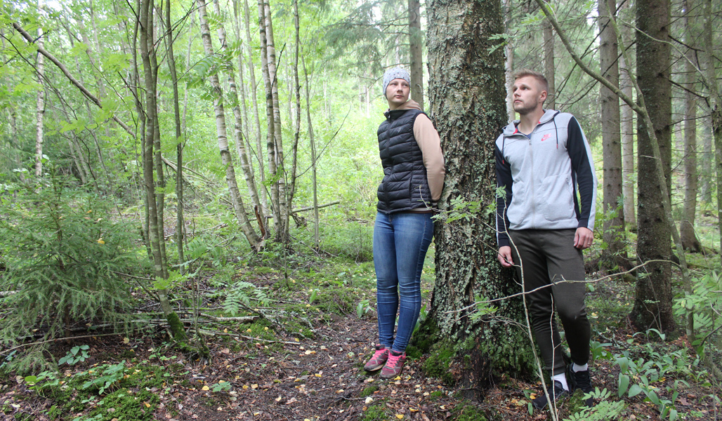Kuvassa etämetsänomistajat Salla ja Samu Jokela nojaavat puuhun.