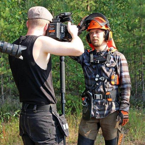 @metsakeskus: Kuvaus, kamera, käy! Jännittävä päivä metsässä lumilautailija ja metsänomistaja @roopetonteri kanssa. Raivaussahat lauloivat ja hikivirtasi sekä metsureilla että kuvaajilla. Metsäkeskuksen metsäneuvoja Henri jutteli Roopen kanssa taimikon hoidon tärkeydestä ja Kemera-tuista, joita on muuten helppo hakea sähköisesti Metsään.fi-palvelussa. Mitä muuta päivän aikana tapahtui ja kuvattiin, sen näette tulevasta Menestystä metsässä -sarjasta. Pysykäähän kuulolla! #metsänomistaja #menestystämetsästä #metsä #metsuri