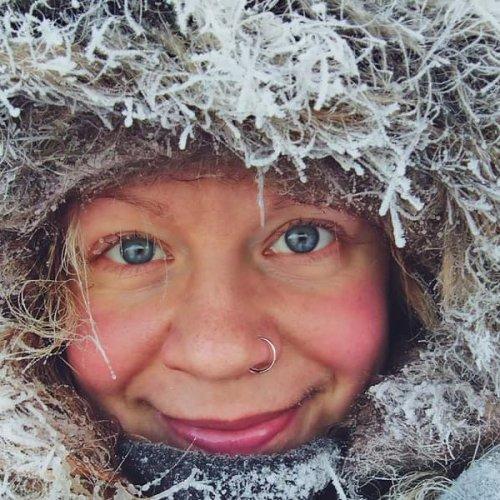 @metsakeskus: Saana Lappalainen on kulkenut metsässä pienestä pitäen. Ajatus eräoppaaksi kouluttautumisesta syntyi kuitenkin vasta myöhemmin. Saana työskentelee tällä hetkellä oppaana ja valokuvaajana Pohjois-Norjassa jossa hän vie asiakkaitaan katsomaan revontulia ja ajamaan moottorikelkoilla. - Mieleenpainuvimpia hetkiä ovat illat, jolloin revontulet ovat olleet tosi voimakkaita, sanoo Saana. Lue Metsään-asiakaslehdestämme lisää Saanan arjesta ja seikkailuista erämaassa -> metsään-lehti.fi/etusivu  Saana Lappalainen har rört sig i skogen sedan hon var barn, men idén om att bli vildmarksguide fick hon först senare. Saana jobbar nu som norrskensguide och fotograf i Nordnorge och tar sina kunder ut i vildmarken för att titta på norrsken och köra med snöskoter. - De mest minnesvärda stunderna har varit kvällar med väldigt kraftigt norrsken, säger Saana. Läs mer om Saanas vardag och äventyr i vildmarken i vår kundtidning Min Skog -> minskog-kundtidning.fi/startsida  #eräopas #erämaa #revontulet #lappi #vildmarksguide #vildmark #norrsken #lappland