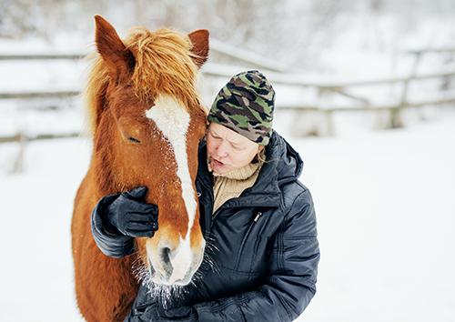 3.Virpi Saarela fotograferad med sin finska häst ute i en hage på vintern.