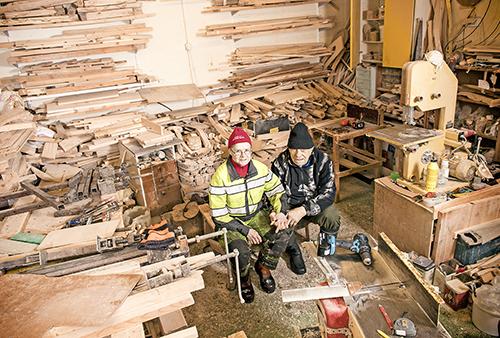 Marjatta Kyllönen och Jaakko Hannila sitter i sin verkstad.