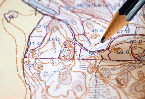 Närbild av en penna som pekar på kartan.