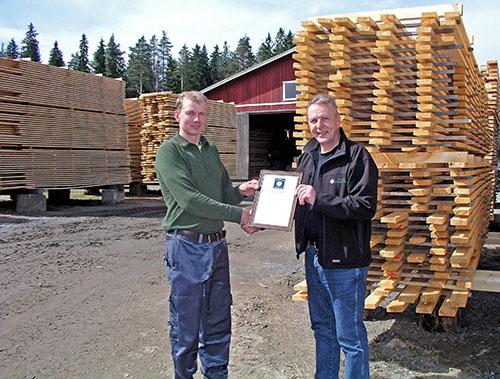 Timo Ripatti till höger, ordförande i sågverksföreningen Suomen Sahayrittäjät, överräckte produktmärket Lähipuu till Tatu Dillström, som driver Kolkonjoen Myllyn ja Saha.