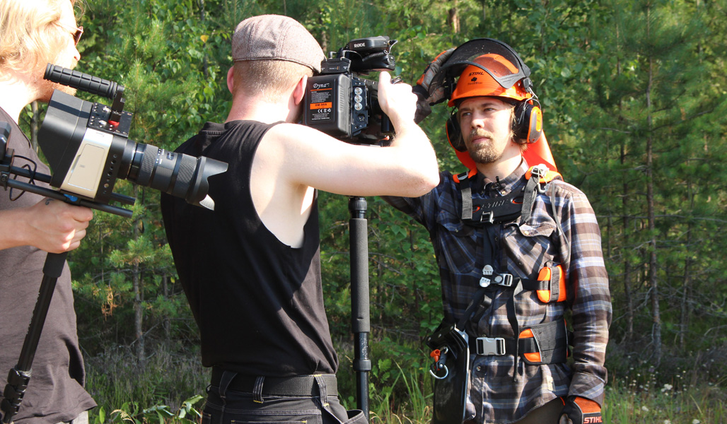 Roope Tonteria kuvataan televisio-ohjelmaan metsässä.