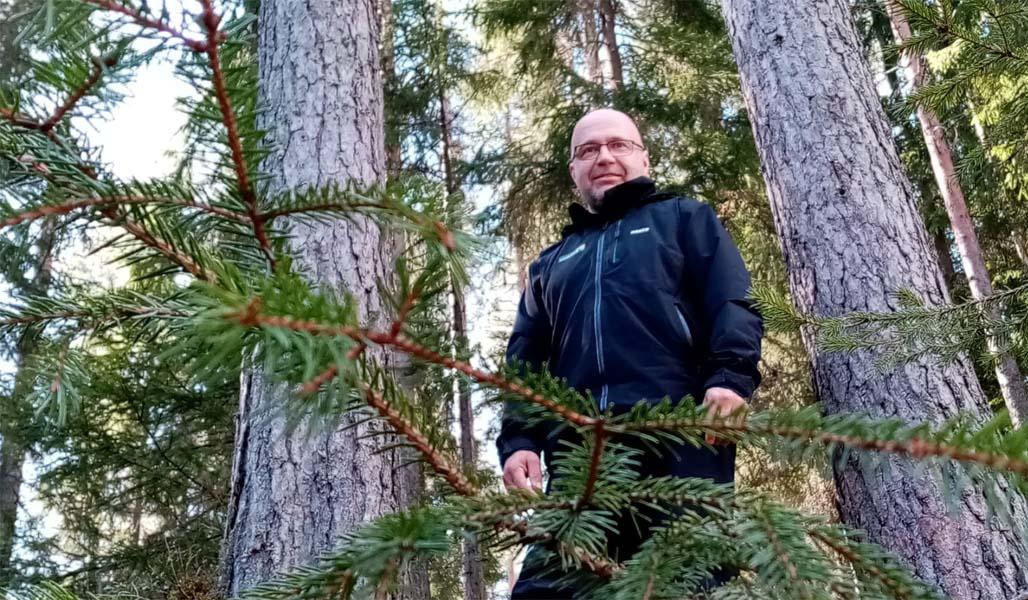 Heikki Kraft fotograferad i skogen.