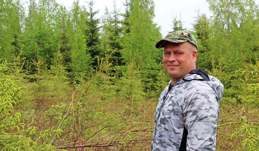 Metsänomistaja Toni Kosonen tietää taimikon varhaishoidon tärkeyden. Metsänhoitotöissä vierähtää vuodessa tunti jos toinenkin.